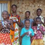 Evelyn so sestrami pred rodným domčekom