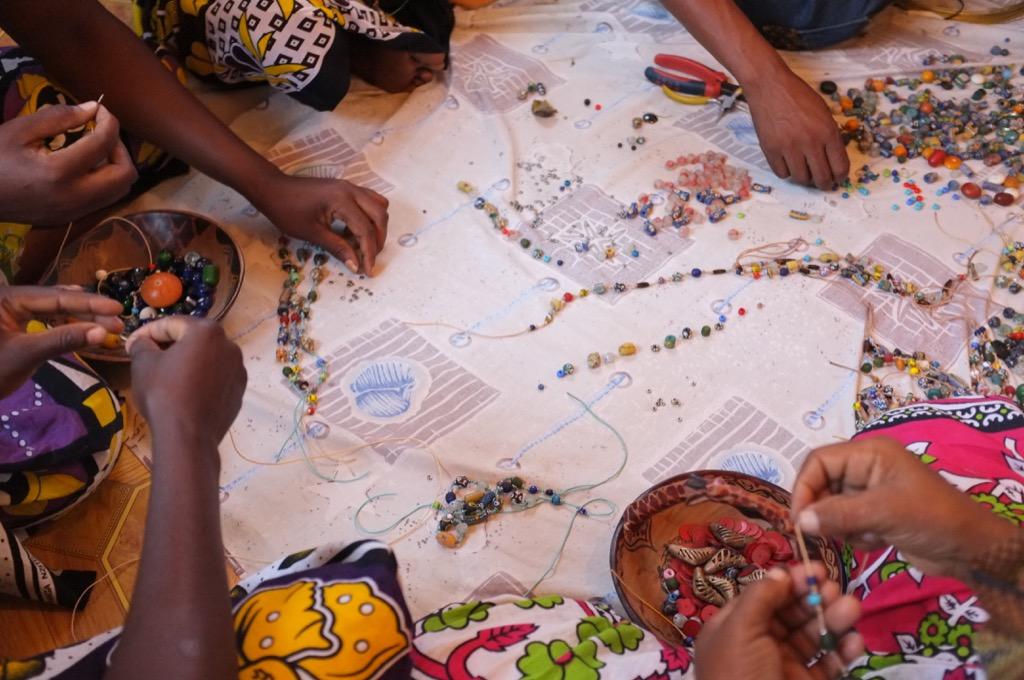 Program FURAHA - ručná výroba šperkov = práca pre miestne ženy