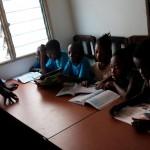 Rama pripravuje staršie deti na koncoročné skúšky v škole