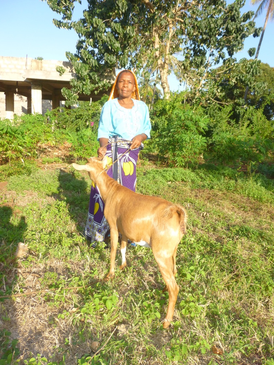 fatuma,  mama hidaya with goat